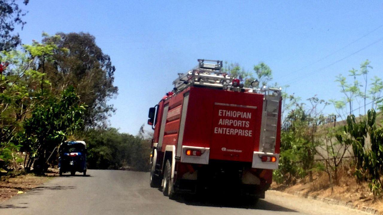 Un camión de bomberos dirigiéndose al lugar de accidente