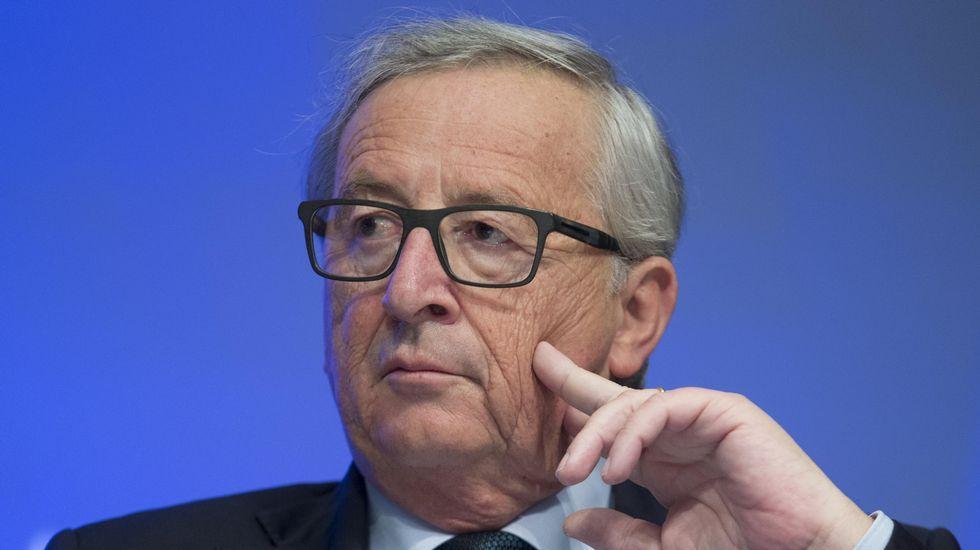 El portavoz Margaritis Shinas junto al presidente de la Comisión, Jean-Claude Juncker