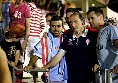Aficionados del Lugo y del Celta, posando junto a Quini.