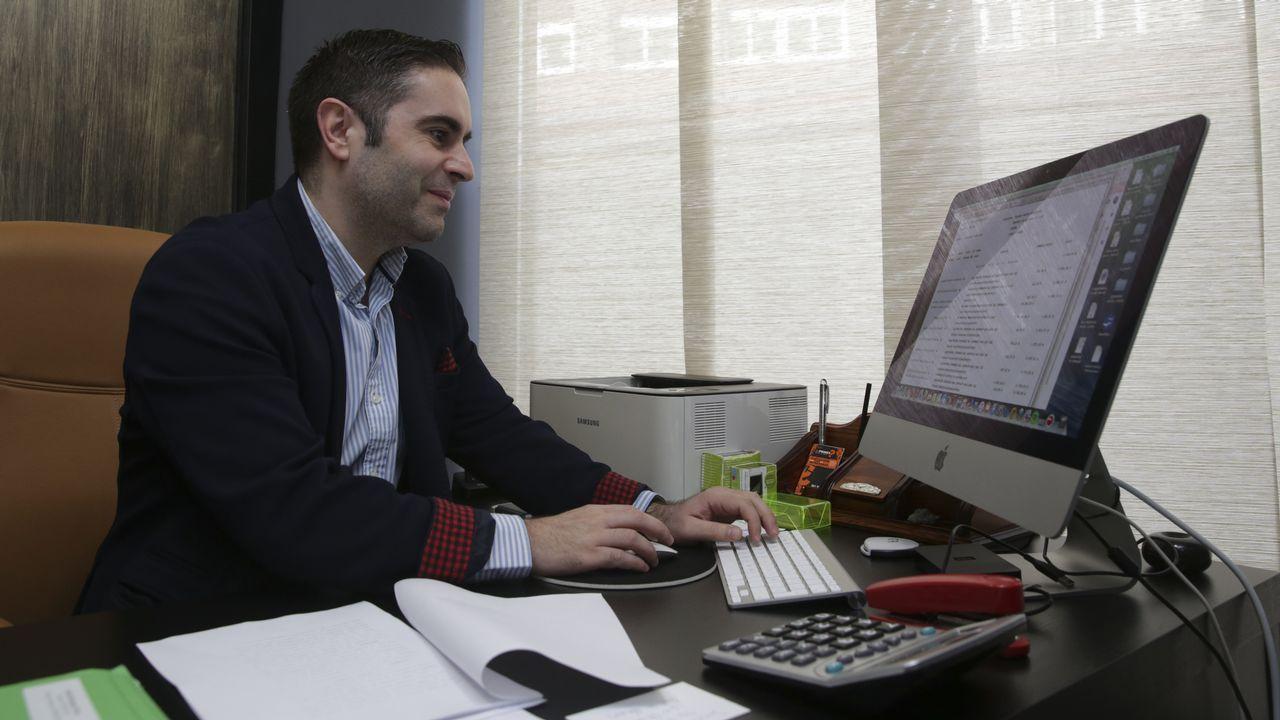 Iván López se colegió hace nueve años y está en el turno de oficio de Betanzos