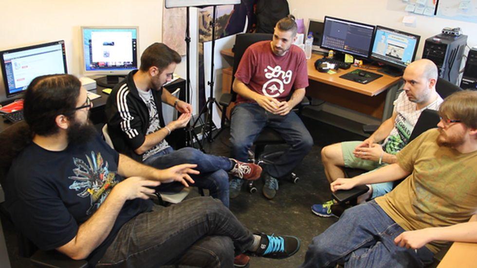 .Ulises Martínez, segundo por la derecha, junto al equipo de Nuberu Games