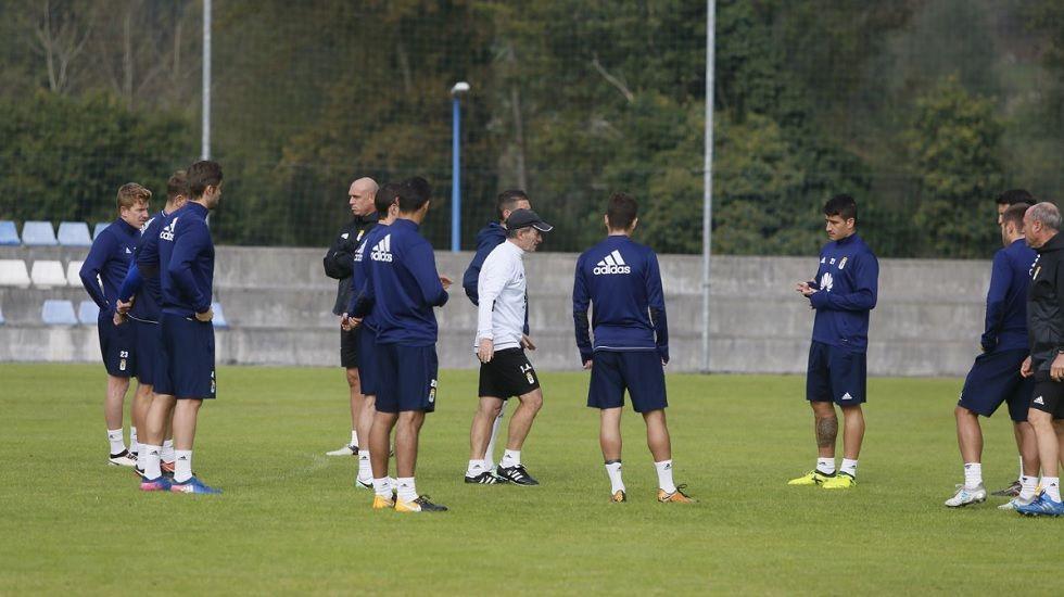 Anquela Horizontal.Anquela habla a sus futbolistas durante el entrenamiento de hoy