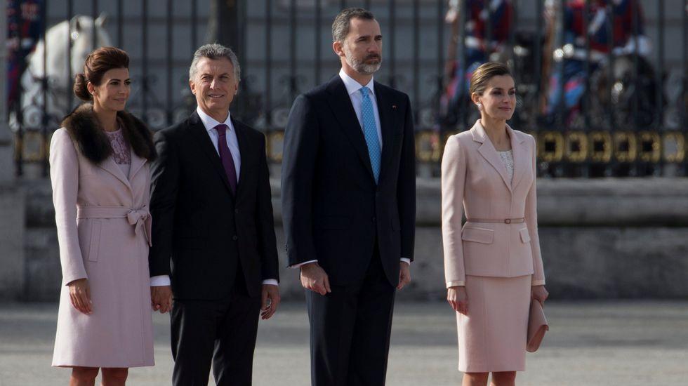 Los reyes reciben a Macri en el Palacio Real con los máximos honores.La reina lució este vestido en una jornada sobre tabaquismo en Oporto.