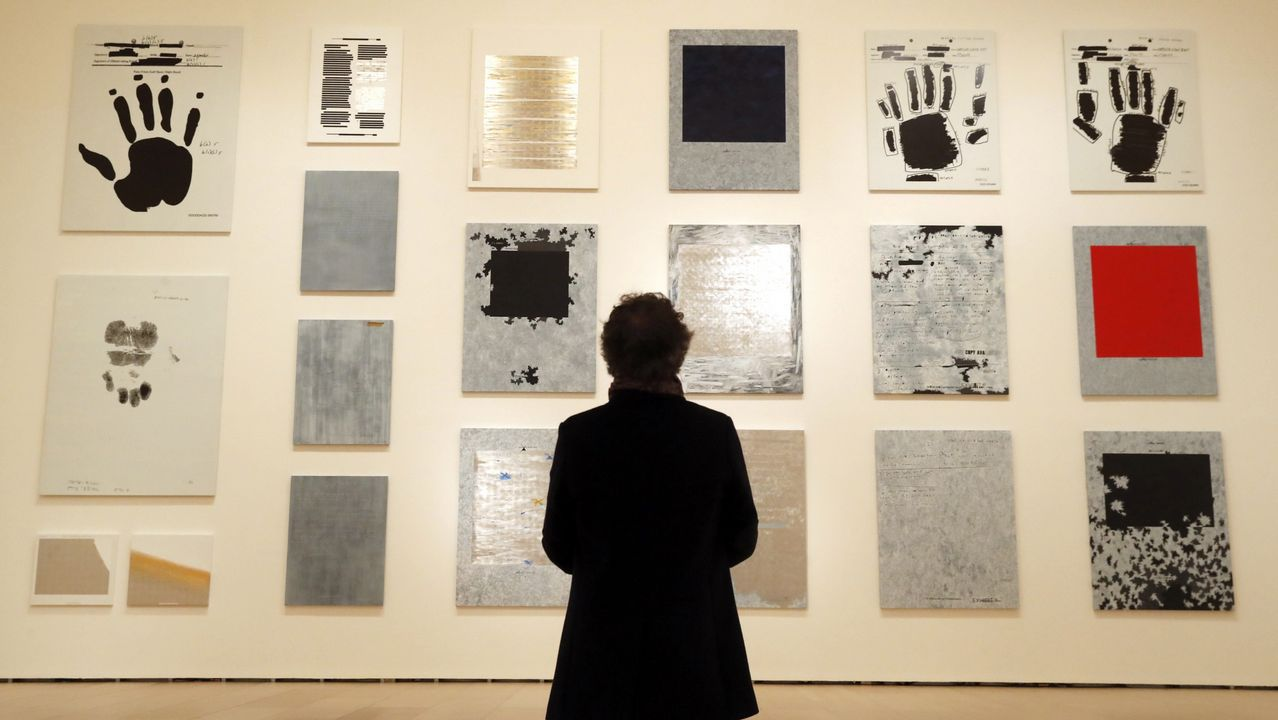 Un visitante observa algunas de las obras incluidas en la muestra bilbaína sobre Jenny Holzer