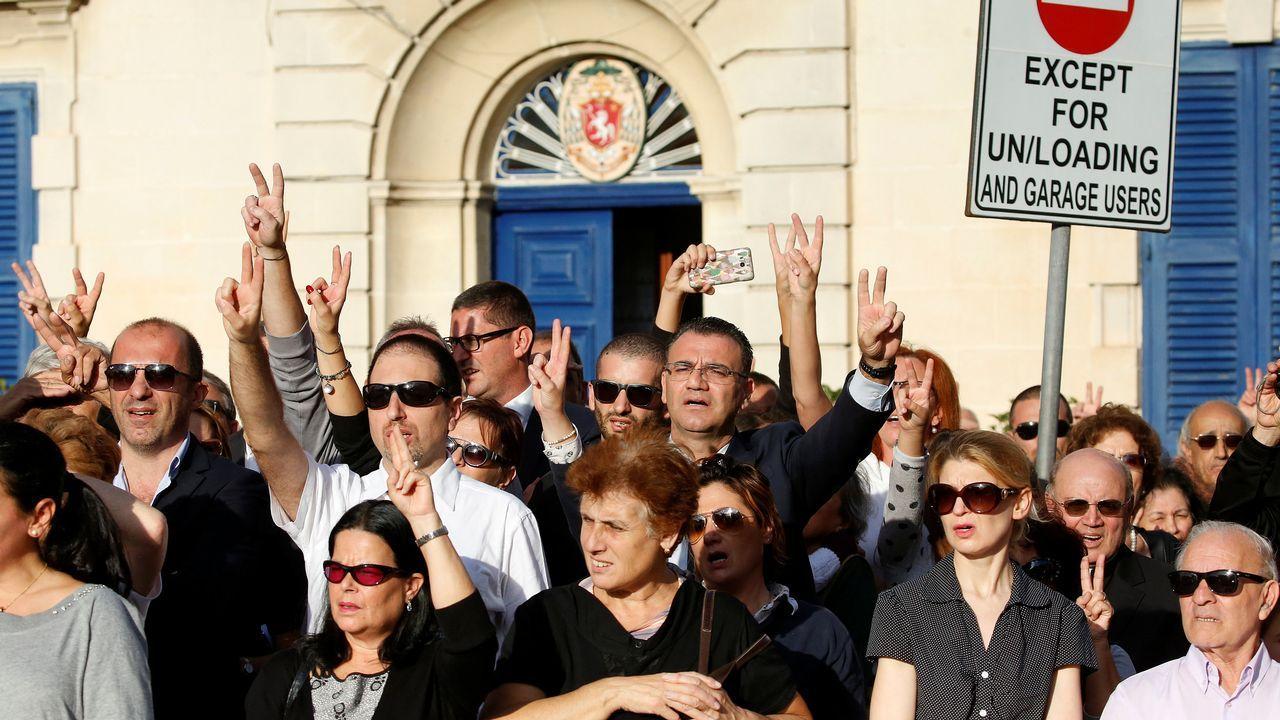 Un mercantecon destino a Turquía trata de asegurar su carga en Celeiro.Fernando Alonso en Asturias