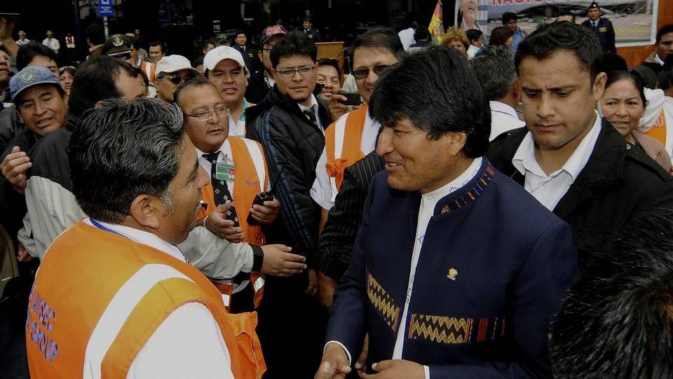 Evo Morales llega al aeropuerto de Cochabamba, nacionalizado por el gobierno andino.