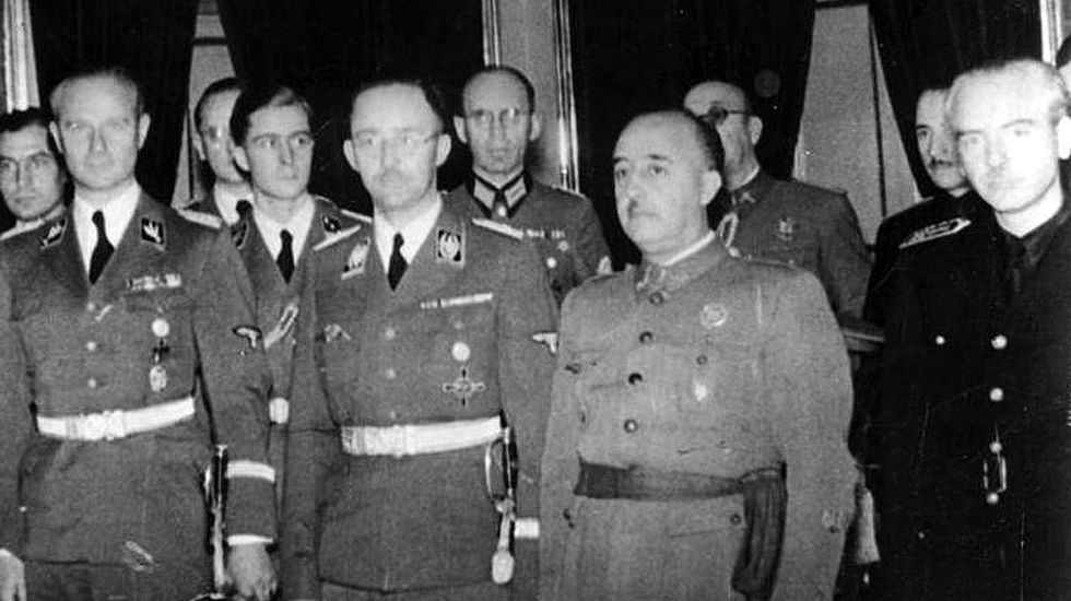 Manifestación de estudiantes en Barcelona en defensa del referendo.Franco junto a al jerarca nazi Heinrich Himmler