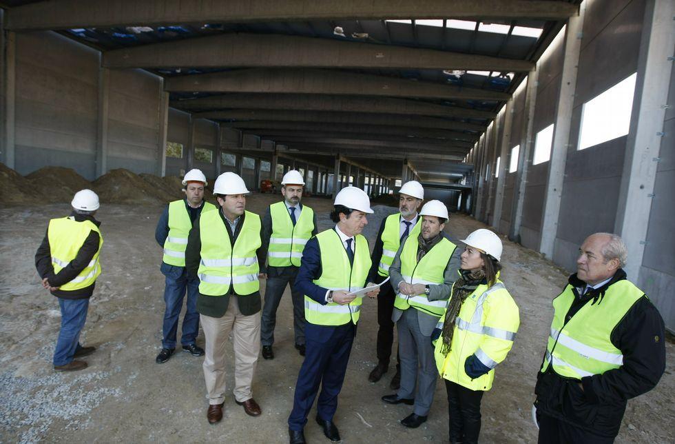 La conselleira de Medio Ambiente visitó ayer la nave en construcción de Orbe en A Reigosa.