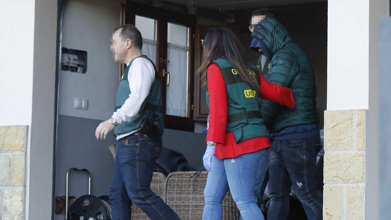Agentes de la Guardia Civil han trasladado al detenido como presunto inductor del asesinato del concejal de Llanes (Asturias), Javier Ardines, a la vivienda que posee en la parroquia de Belmonte de Pría, muy cercana al que era lugar de residencia del edil, para realizar un registro.
