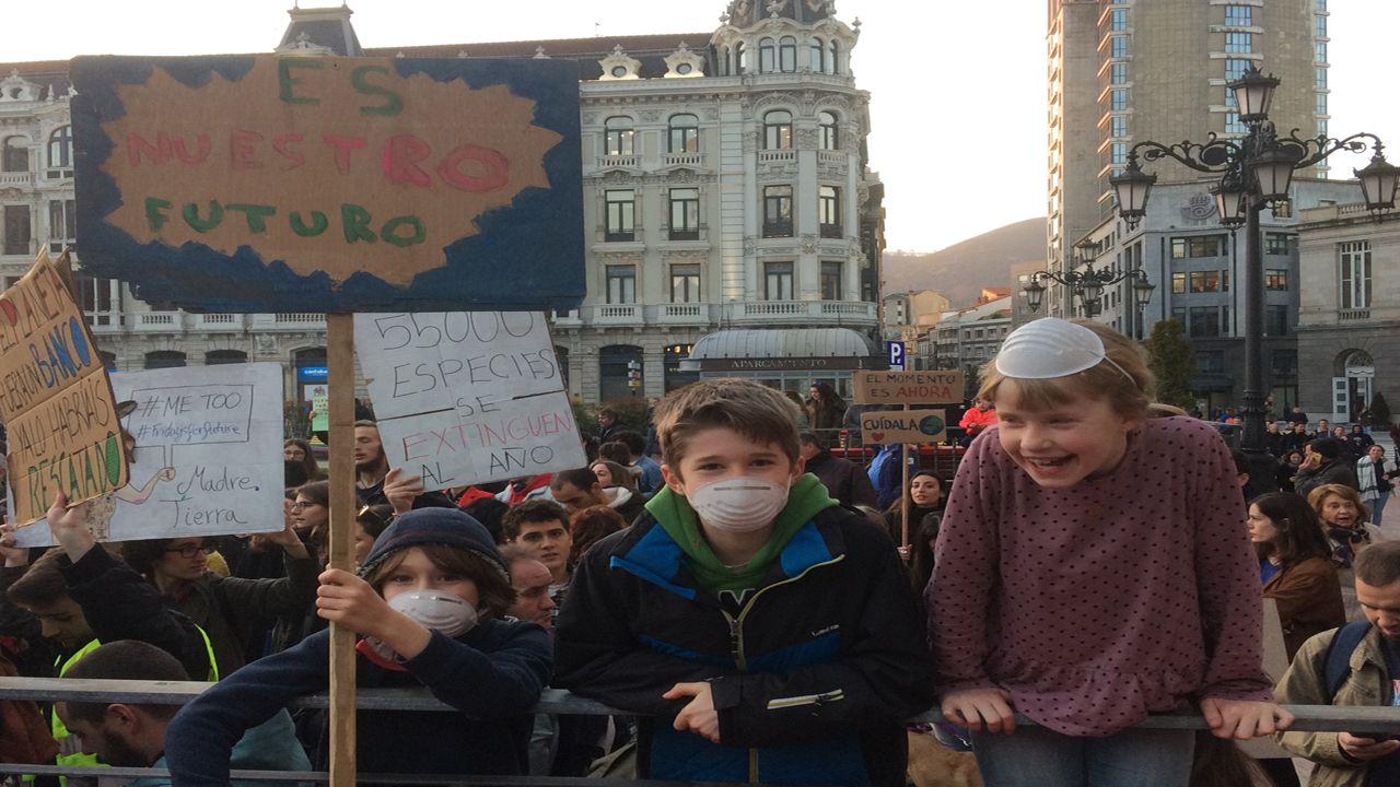 La «fiesta verde» clama en Oviedo contra el cambio climático.La campaña se realizó en el Sarmiento de Gamboa, con base en Vigo