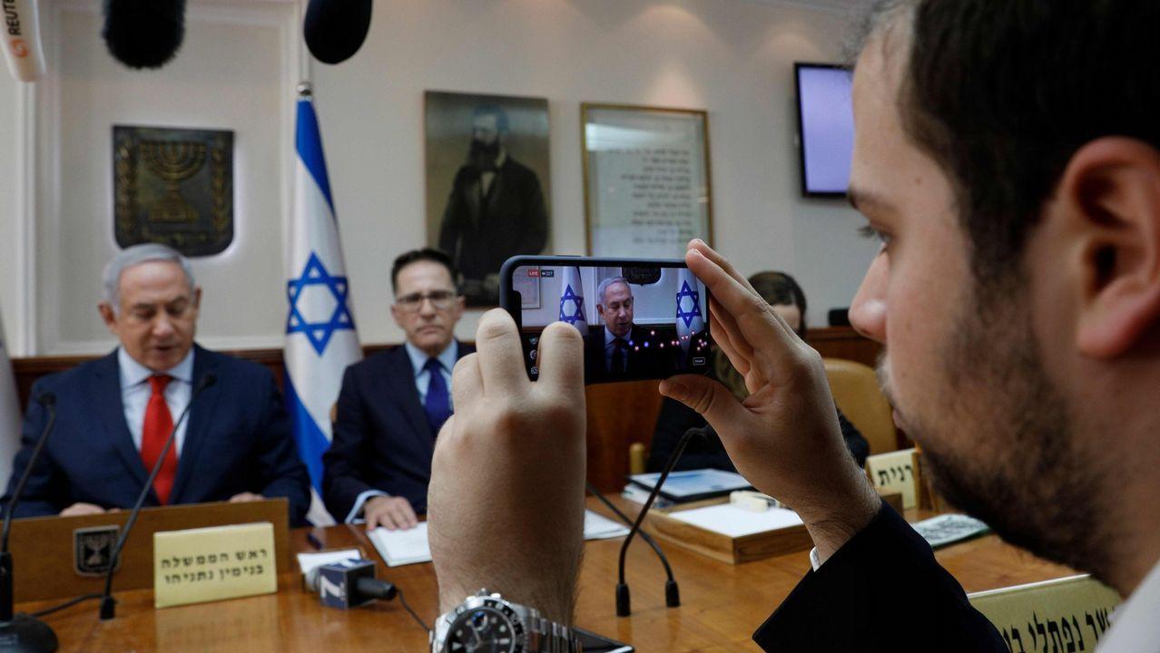 .Un asesor del primer ministro, Benjamin Netanyahu, retransmite una de sus intervenciones a través de Facebook