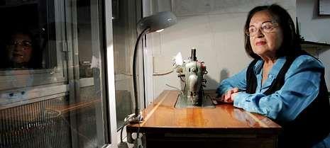 Susa Suárez, en una de sus máquinas Refrey mirando por la ventana de su academia compostelana.