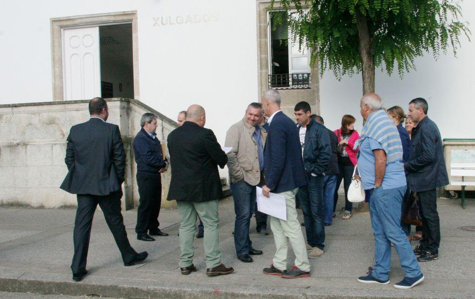 Los concejales del PP de la comarca votaron este lunes en el juzgado.