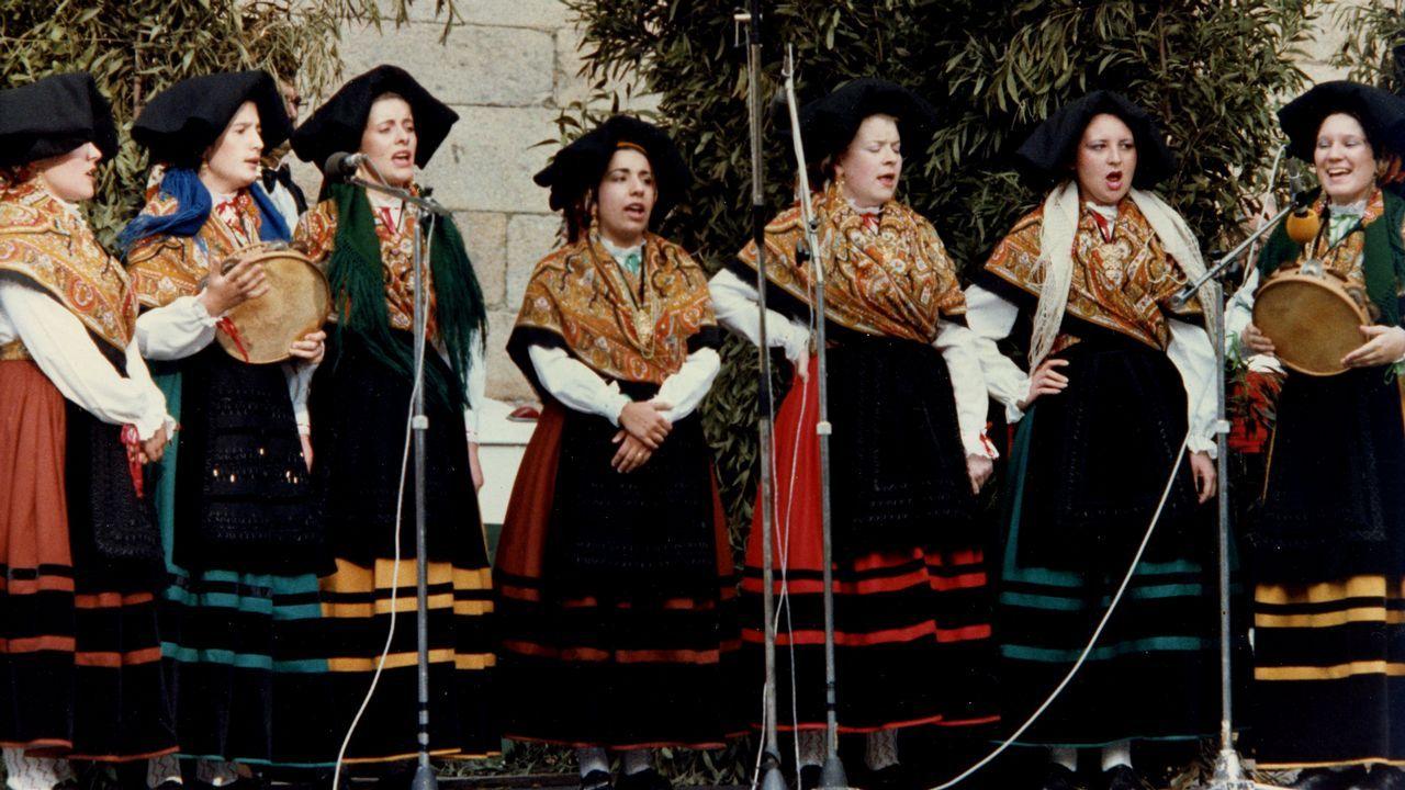Primer grupo de pandeireteiras de Xacarandaina