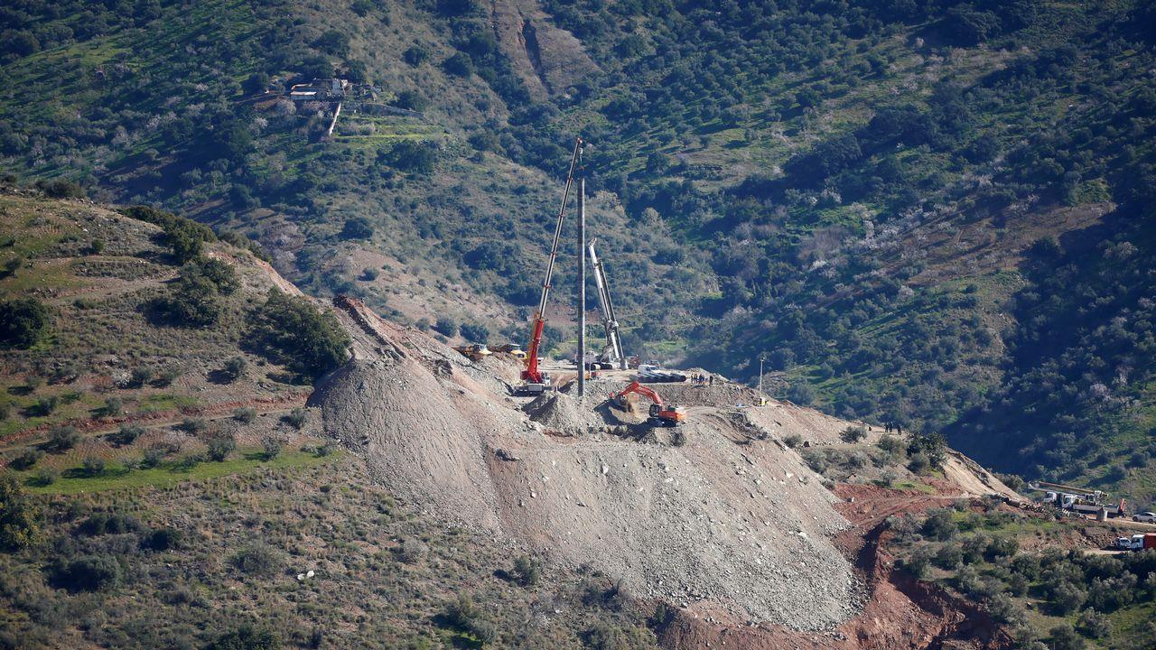 Los problemas en el encamisado del túnel paralelo provoca nuevos retrasos en el rescate de Julen.Toché y Steven, con Javi Hernández y Carlos al fondo