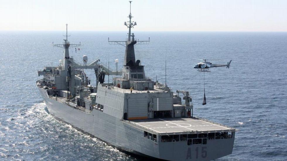 .El «Cantabria» operando con su helicóptero embarcado