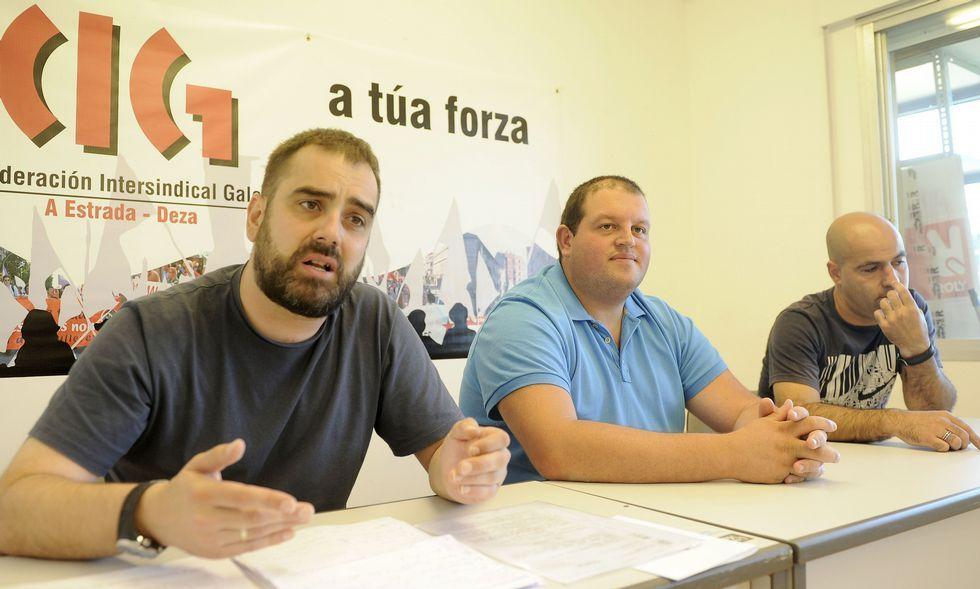 El responsable de la CIG y dos extrabajadores de Cocarga hicieron ayer balance de la situación.