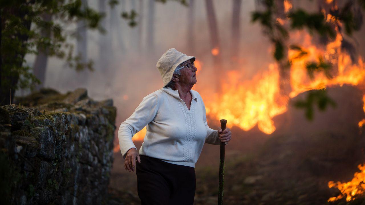 Imágenes del incendio iniciado en Dodro y que se extendió a Rianxo.Agentes de la Guardia Civil recogen pruebas en la finca donde se produjo el crimen de Godella