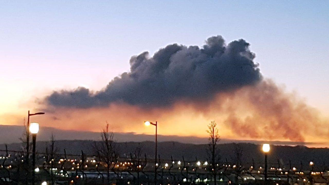 Nube de contaminación, de Archivo, sobre la zona limítrofe entre Gijón y Carreño