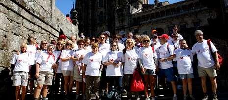 Down España reclama un colegio para Rubén.El grupo de 46 pacientes cardíacos y sus familiares el domingo a su llegada a la plaza del Obradoiro.