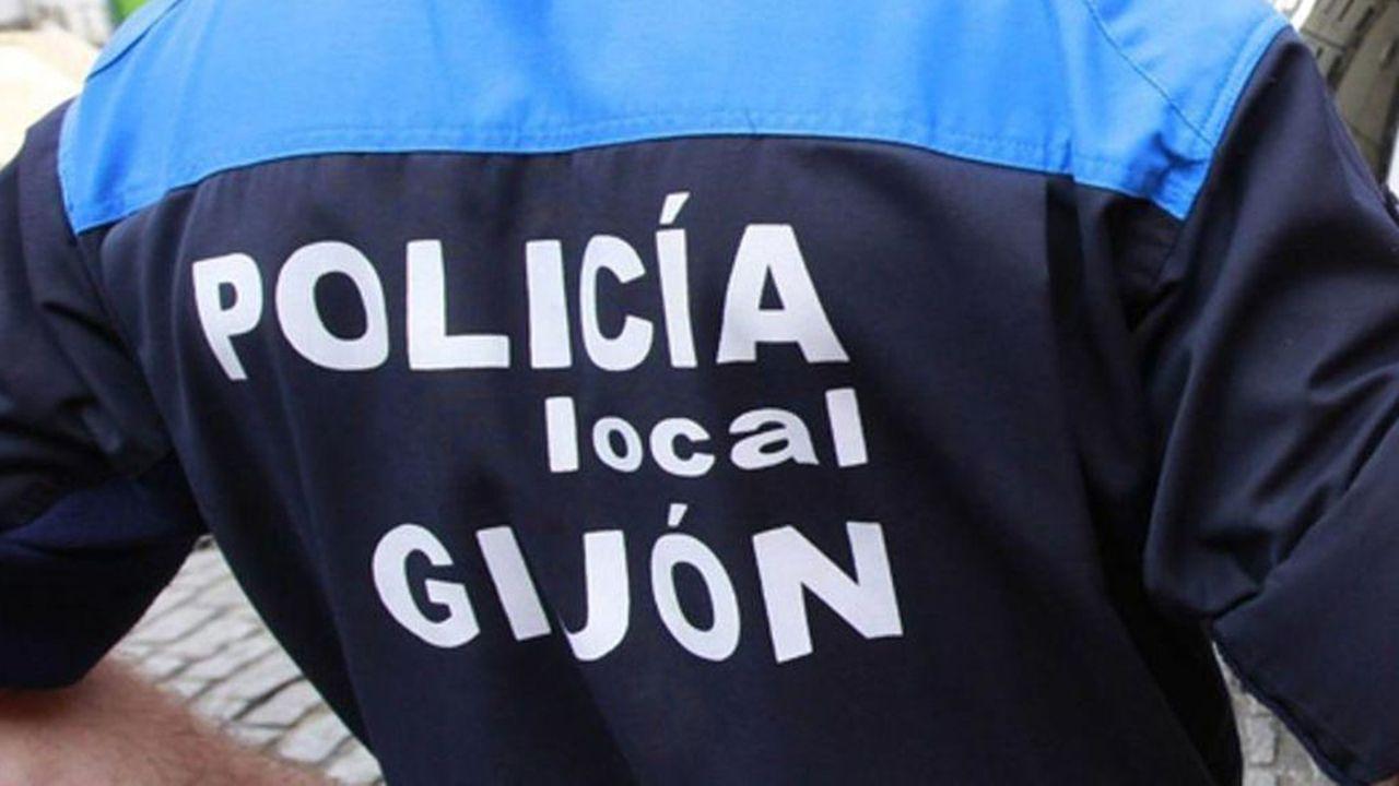 La playa de San Lorenzo, en Gijón, con los bañistas disfrutando del Cantábrico en abril.Policía local de Gijón