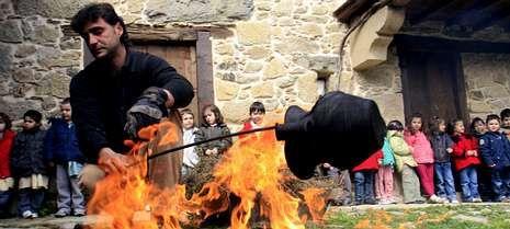 Demostración de alfarería en el Centro Oleiro de Gundivós, uno de los que se pueden visitar.