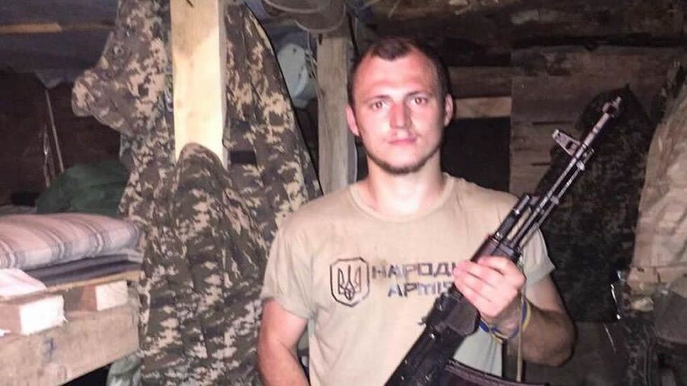 Zozulya posa con un arma de fuego en Ucrania