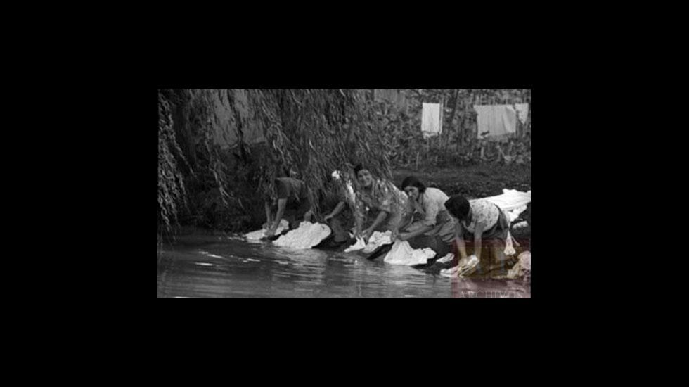 Mujeres lavando ropa a orillas del Cabe