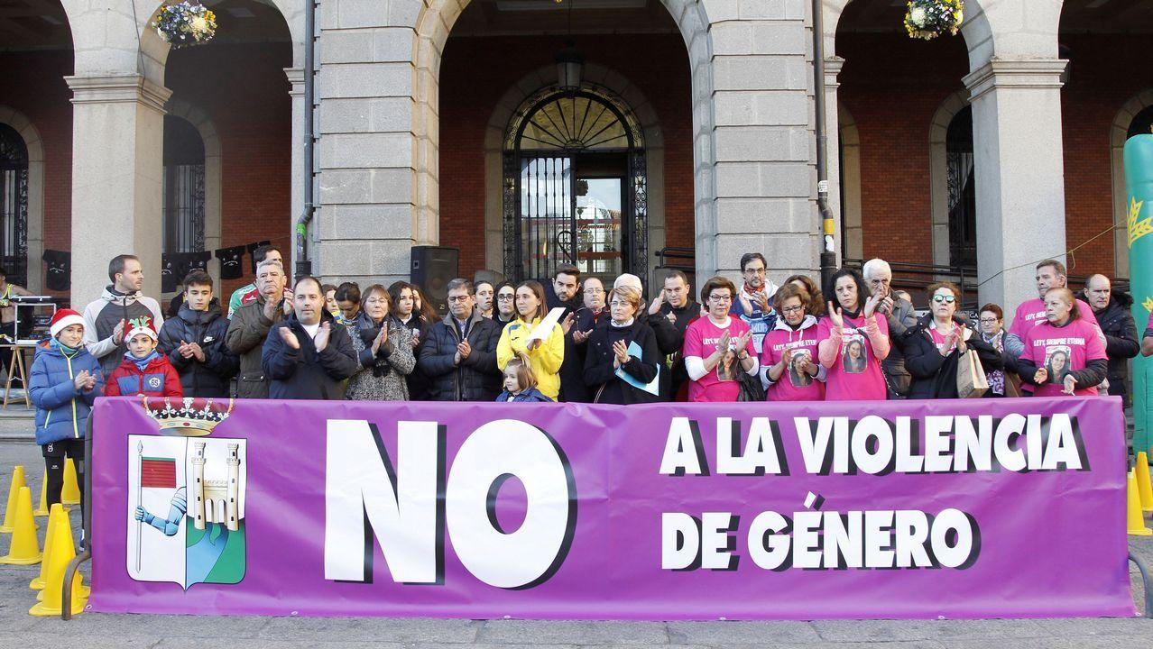El abogado de Puigdemont, Gonzalo Boye, tuvo que presentar su documentación en el registro como le ordenó una funcionaria de la Junta Electoral.Manifestación contra la violencia machista