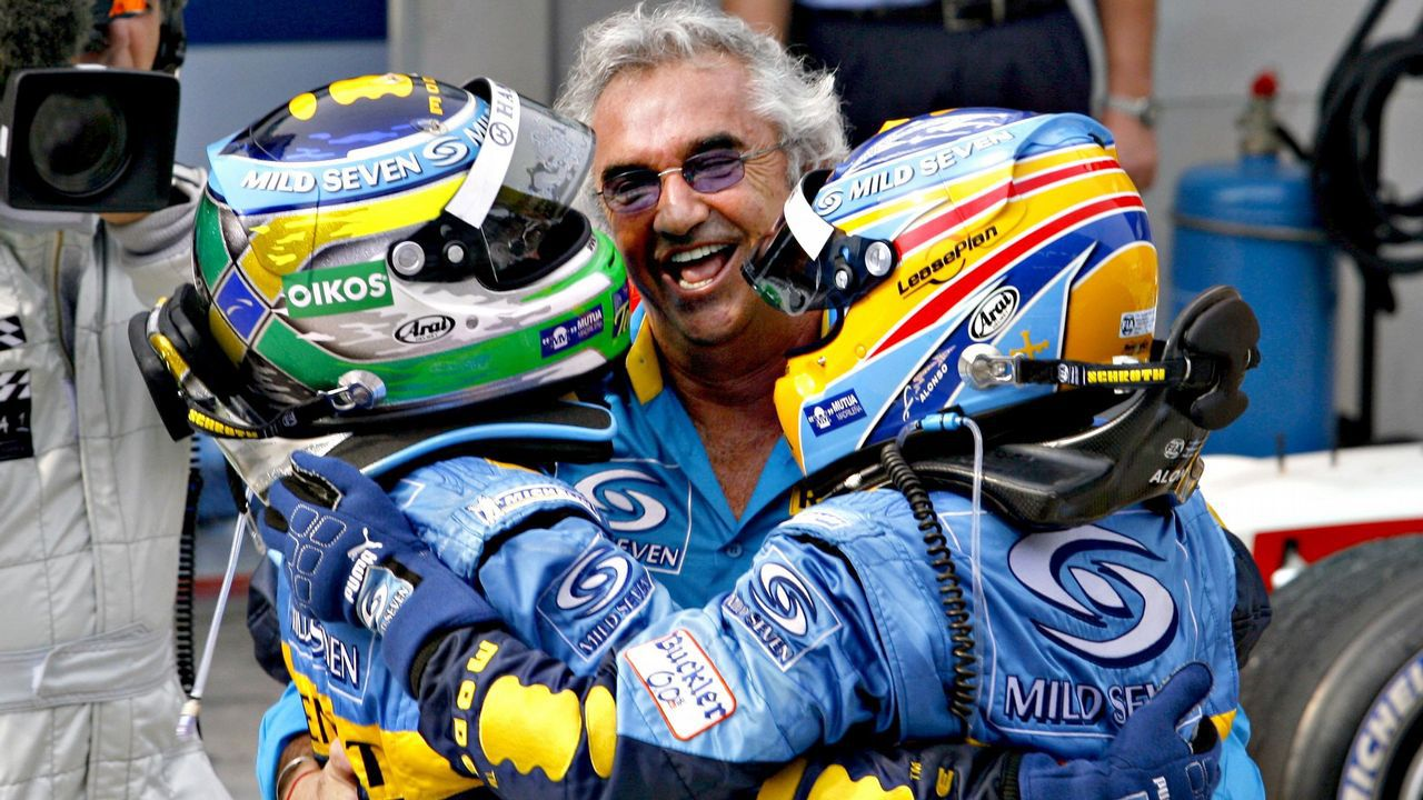 .Briatore, Alonso y Fisichella se abrazan tras obtener un segundo y primer puesto respectivamente en el año 2006 en Malasia