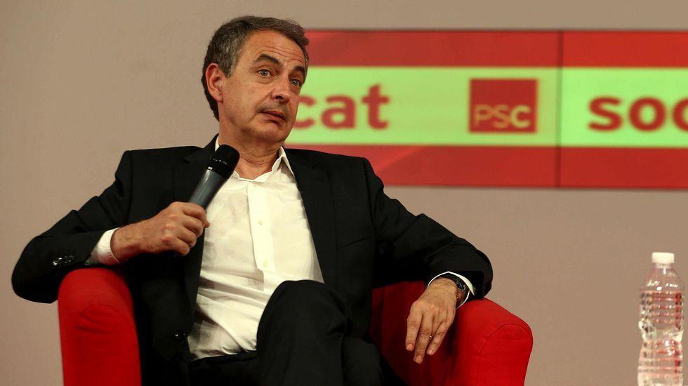 Choque de trenes en el PSOE.Pedro Sánchez escucha cómo Javier Fernández atiende a los medios de comunicación, durante una visita a Asturias