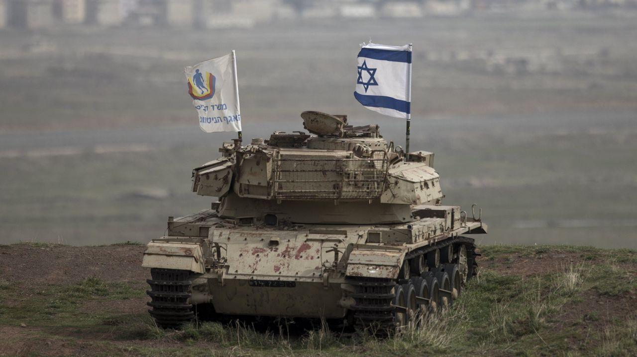.Regreso al pasado. Una bandera israelí ondeando ayer en un viejo tanque que participó en la guerra con Siria en 1973