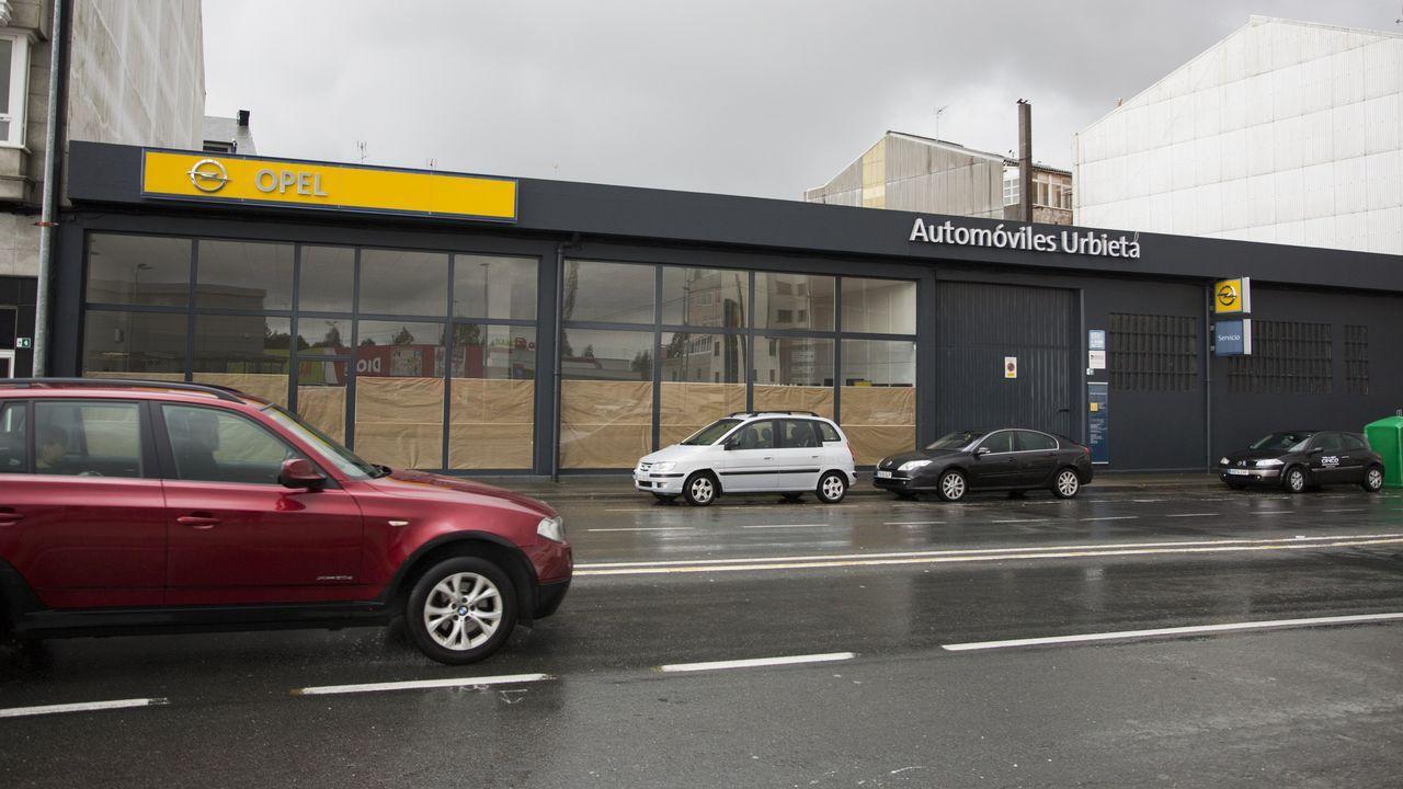 Demolición de la sede del club de remo.Un coche en dirección contraria por la autovía de Barbanza