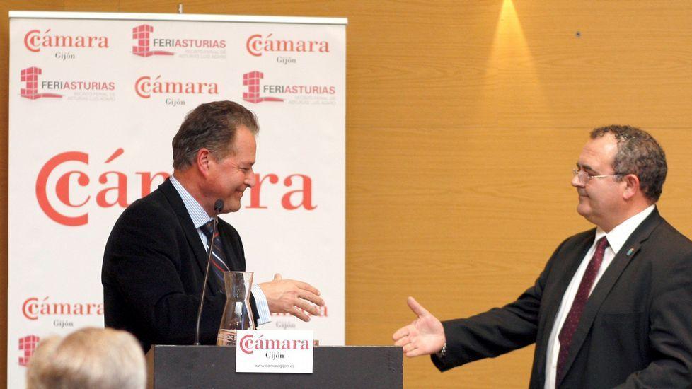 Félix Baragaño recibe la felicitación del consejero Isaac Pola tras su reeleción como presidente cameral gijonés
