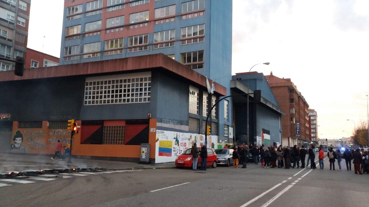 Barricada frente a la Casa Sindical en Gijón