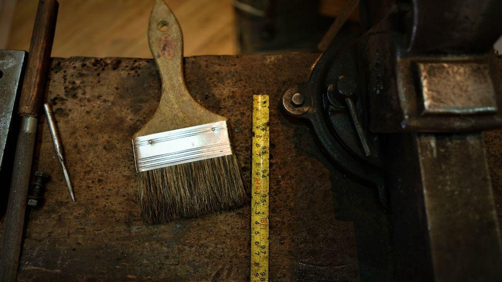 Relatos y Caminos: Capítulo 3.Herramientas en el taller de un artesano en la calle de La Ronda en Quito (Ecuador)