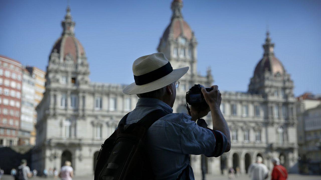 turistascoruna.Trabajadores de Alcoa concentrados en la plaza de España de la Avilés, para pedir la intervención del Estado en las fábricas de Alcoa local y de A Coruña