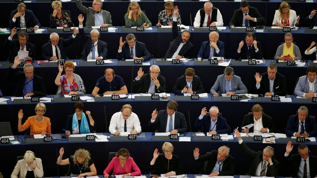 .Miembros del Parlamento Europeo, votando la propuesta