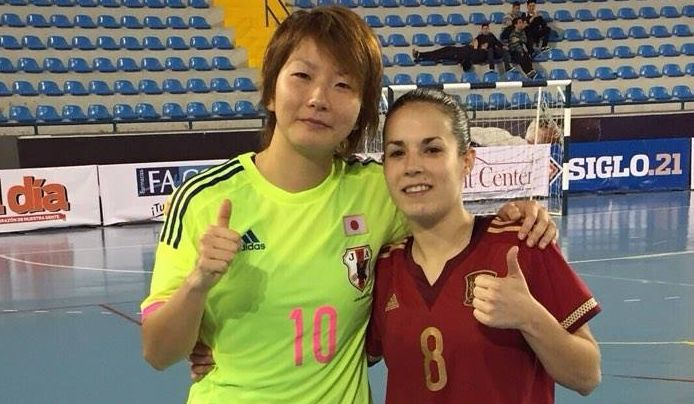 .Las dos burelistas posan tras la victoria de España ante Japón (2-5).