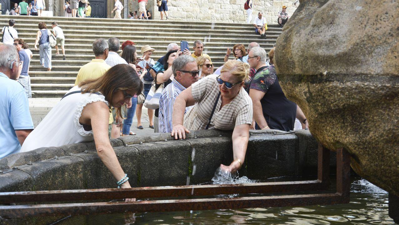 .Gente aprovisionándose de agua en las fuentes de Santiago de Compostela