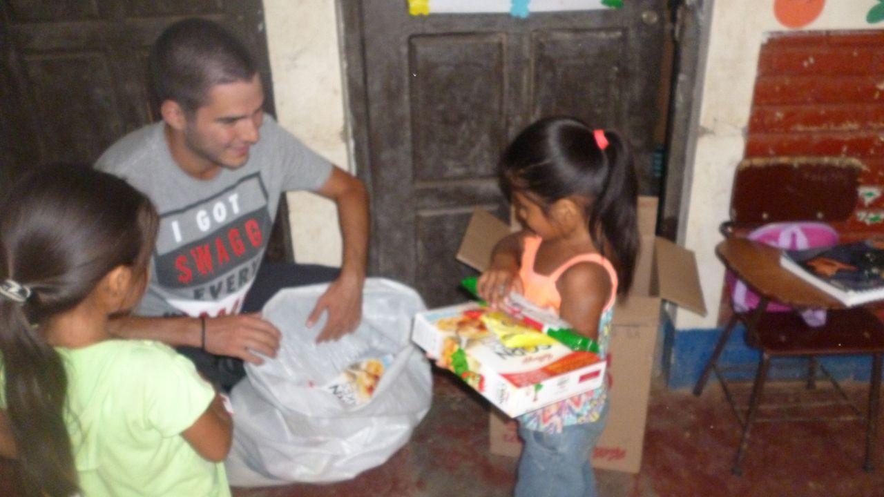 Pabo Rodríguez reparte alimentos a dos niñas nicaragüenses