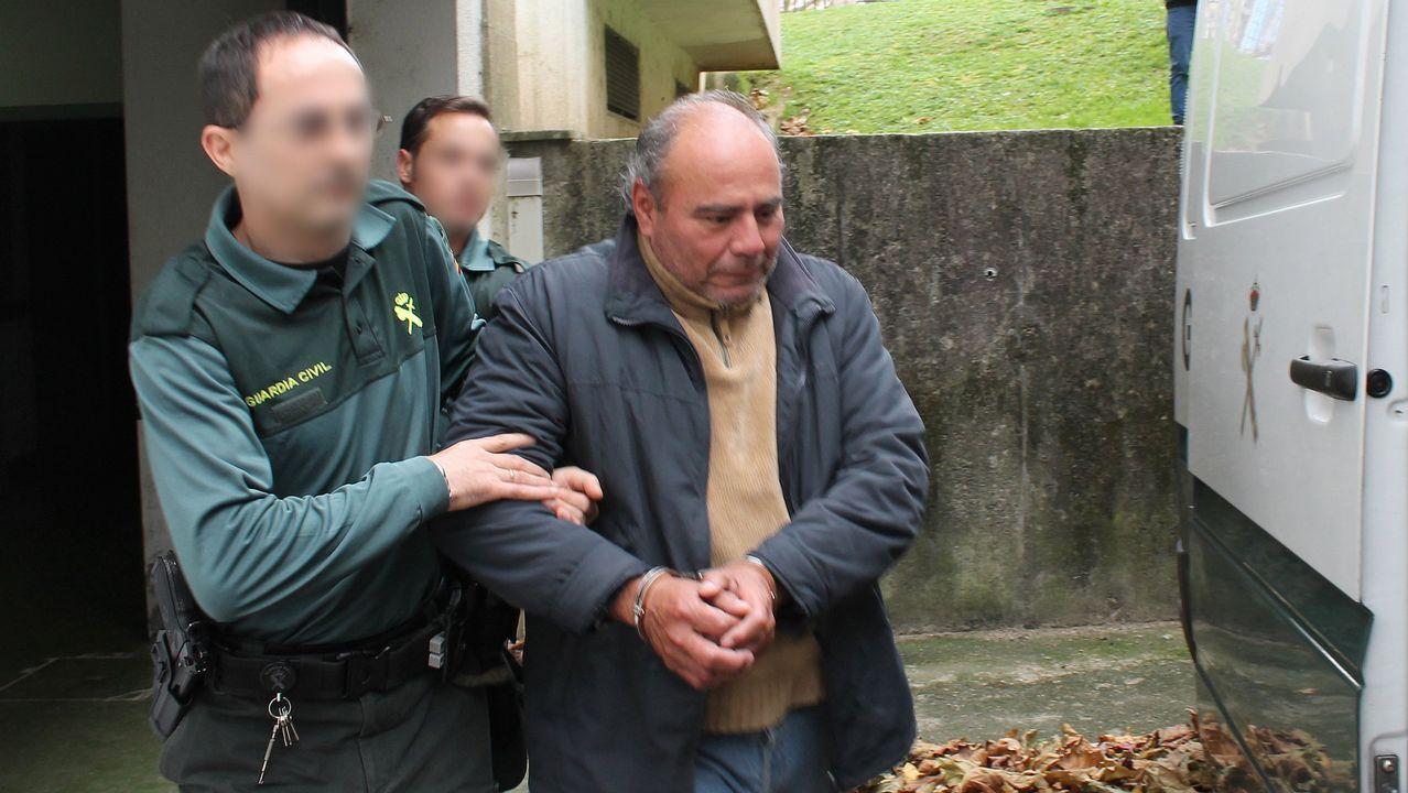 El agente que disparó al ex batería de Los Piratas entra en el juzgado de Ponteareas a declarar