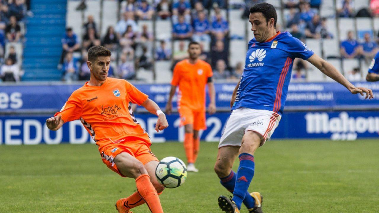 Folch disputa un balón en el Oviedo-Lorca