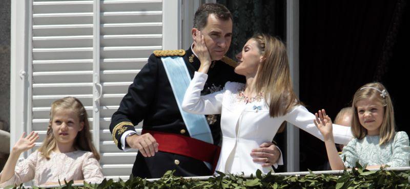 benitonueva.Felipe VI y Letizia, con representantes de asociaciones y fundaciones de víctimas del terrorismo, en su primer acto oficial como reyes.