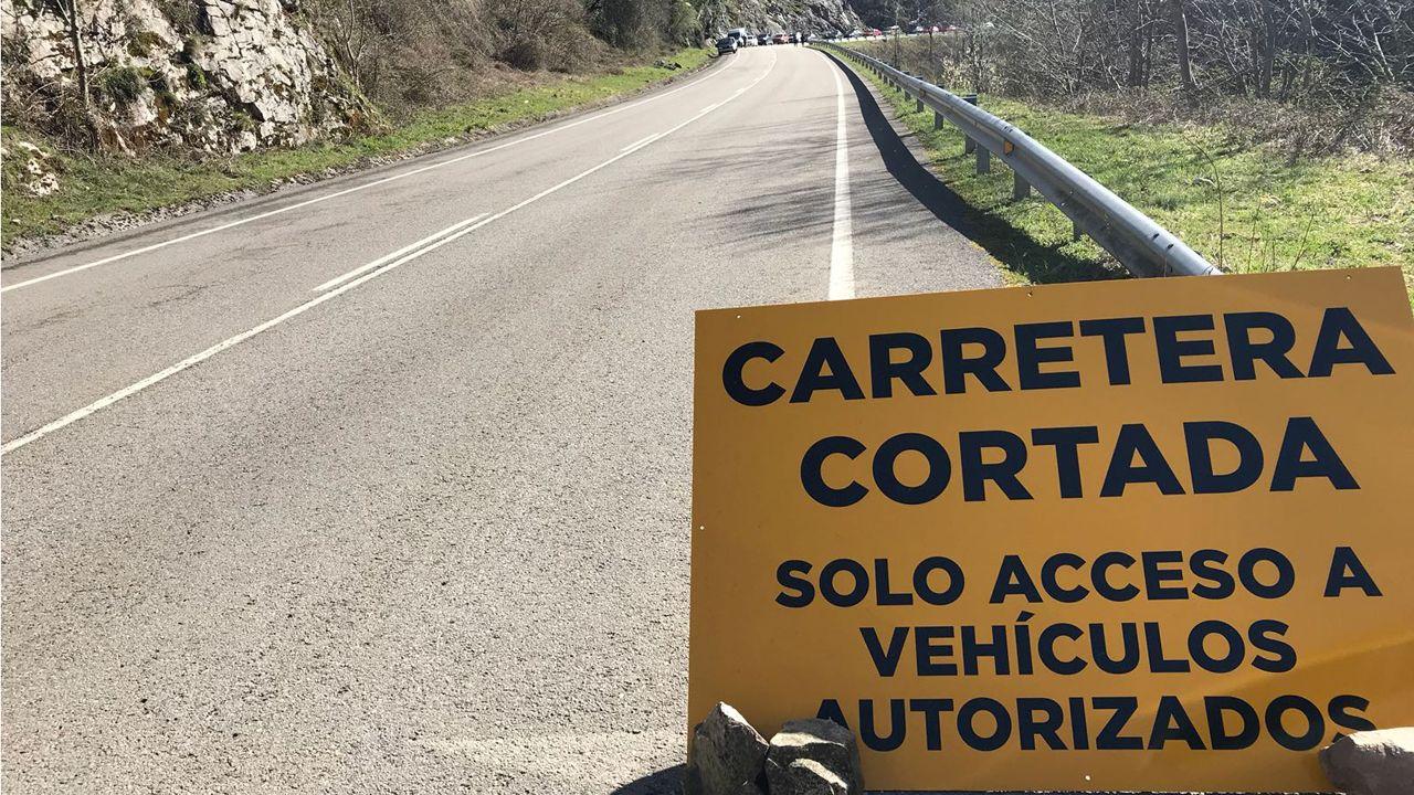 La carretera a Casa continua cortada por un argayo.La carretera AS-17 continua cortada por un argayo de grandes dimensiones que incomunica el concejo de Caso
