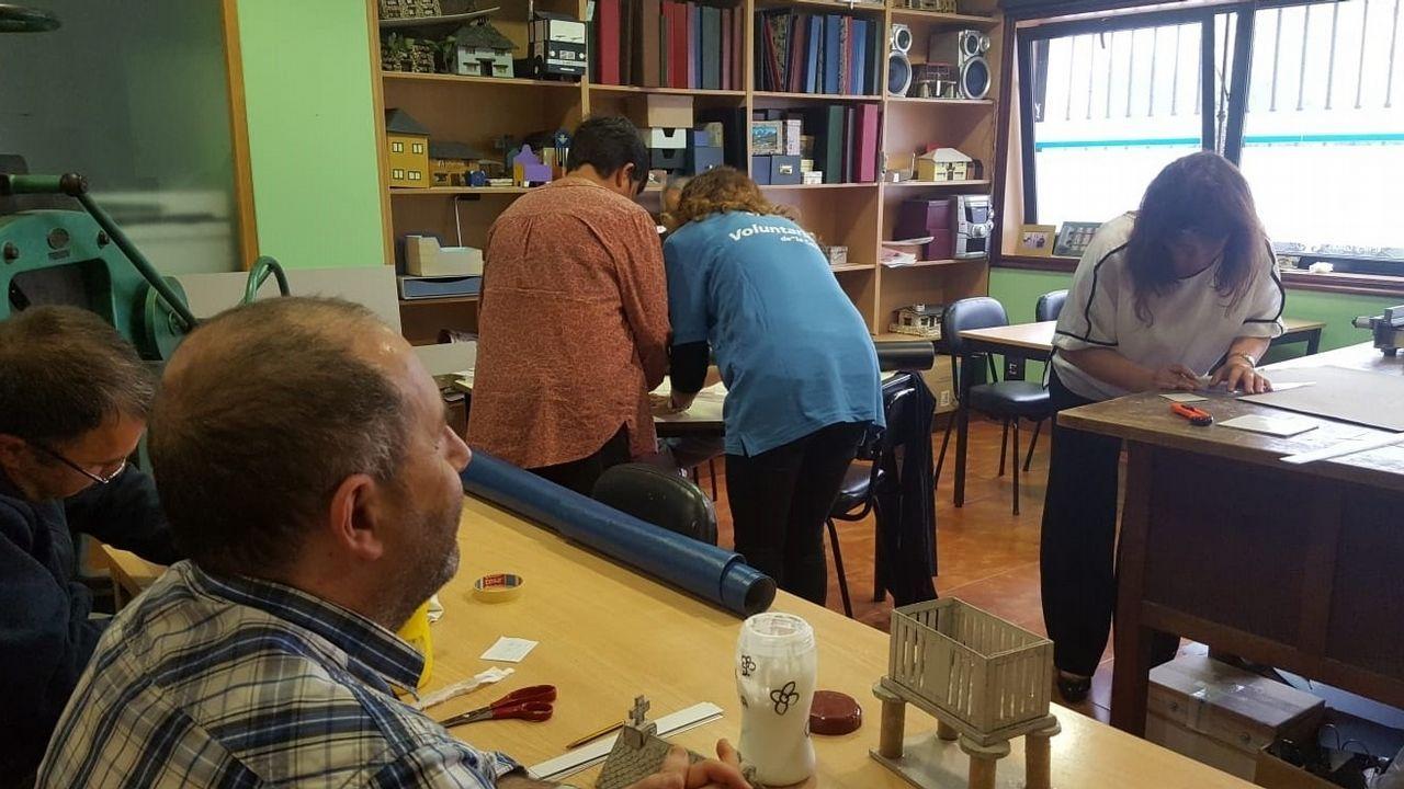 Participantes en los proyectos de la asociaicón Cuantayá, de Gijón.Algunos de los participantes en los proyectos de la asociación Cuantayá, ante uno de los murales de ExplayArte