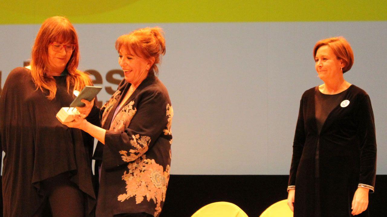 Isabel Coixet recoge el premio Mujer de Cine de manos de su antecesora, Mercedes Sampietro, en presencia de Carmen Moriyón