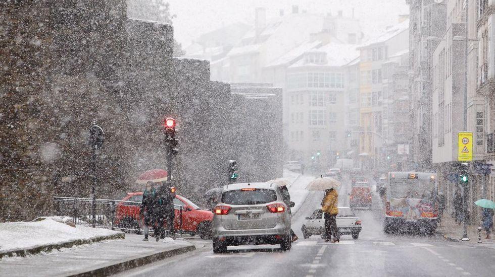 La nieve cubrió de blanco el centro de Lugo.