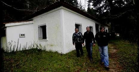 Complicaciones en la A-6.Miembros de la sociedad de pesca Río Mandeo ante al antiguo centro de interpretación.