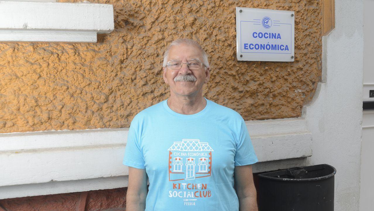 Navantia saca pecho en Exponav.En la imagen, Luis Veira, jubilado de 71 años y uno de los cincuenta voluntarios que hacen posible que cada día pueda abrir sus puertas el comedor social de la Cocina Económica